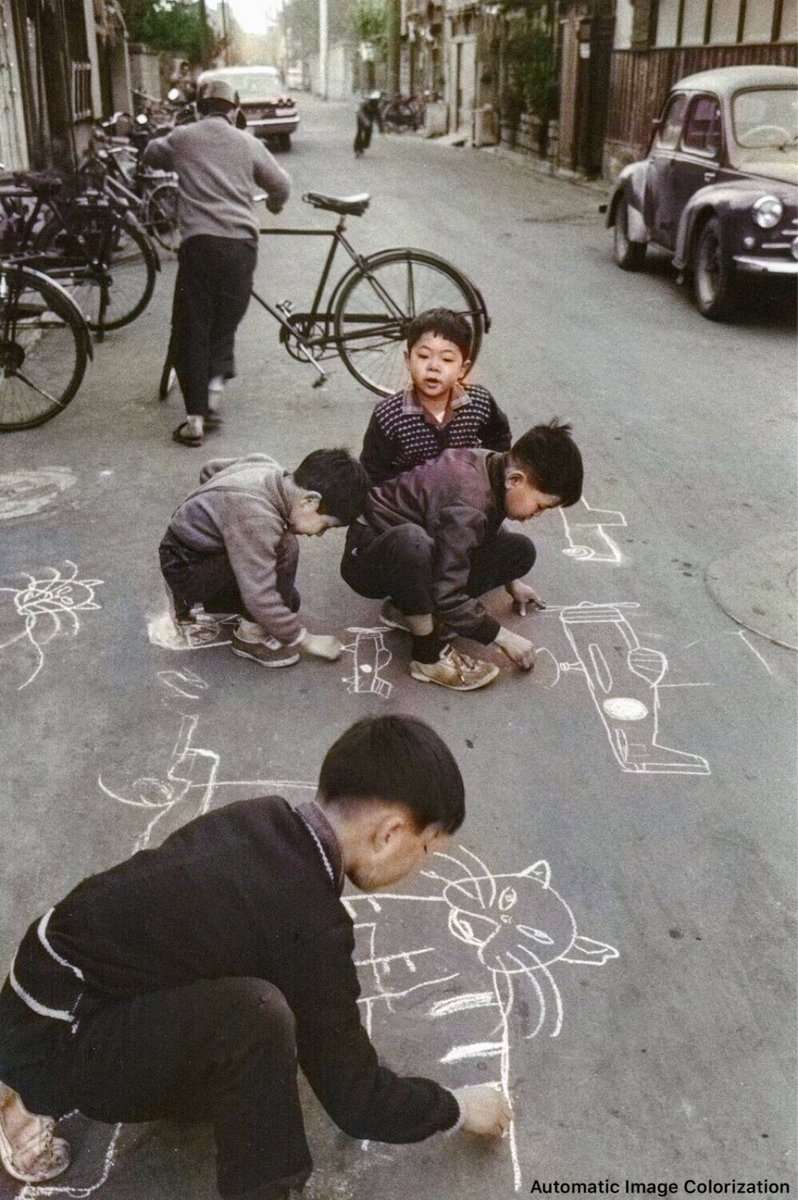 路上に落書きする子供達。(1961年、田沼武能氏撮影)