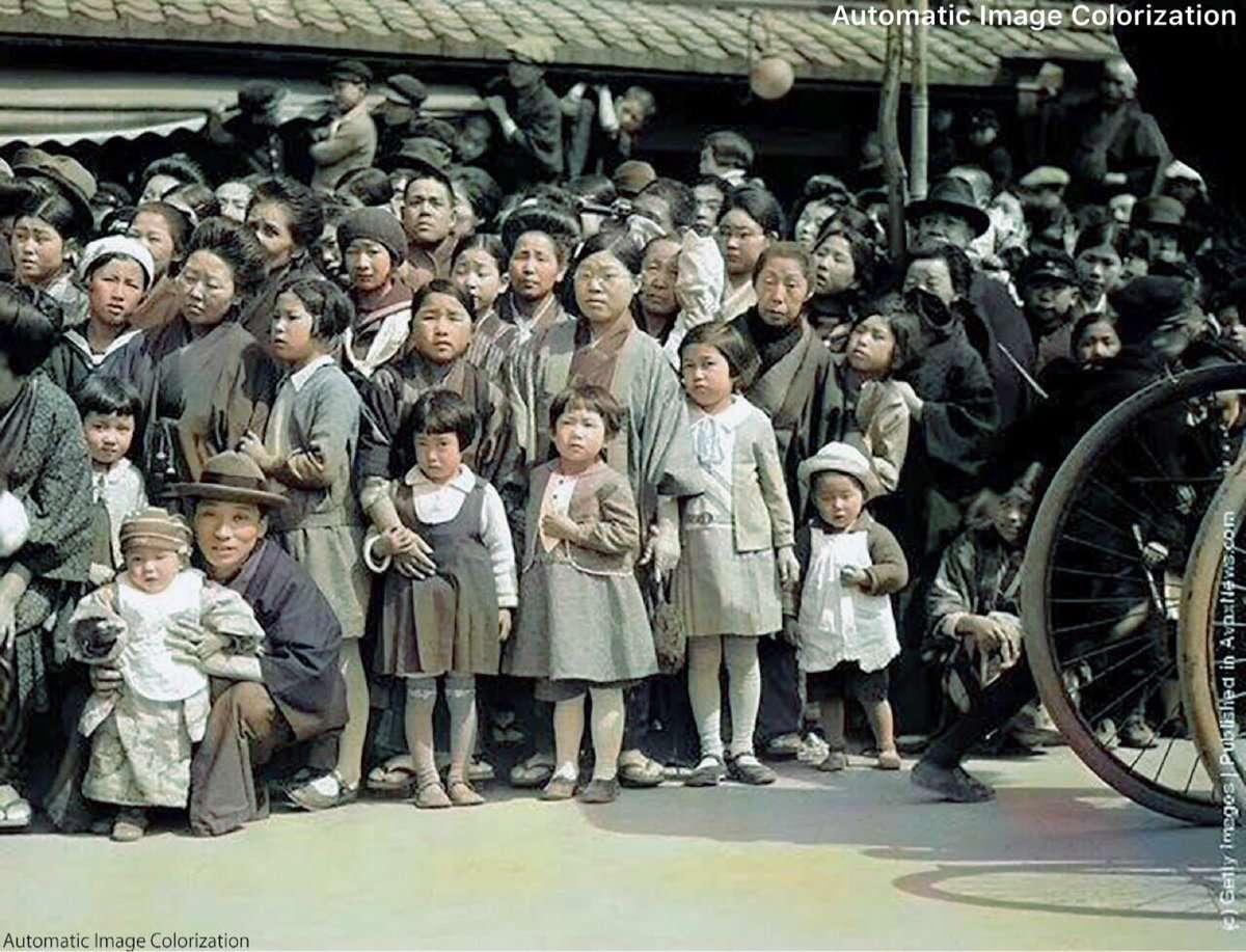 神戸の道でパレードを待つ女性と子供