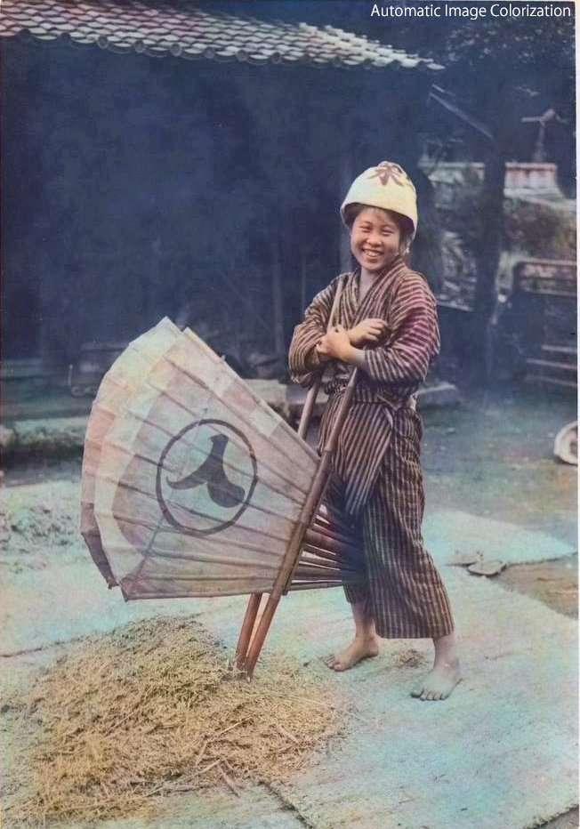 脱穀をしている農婦(1910年、Elstner Hilton氏撮影)