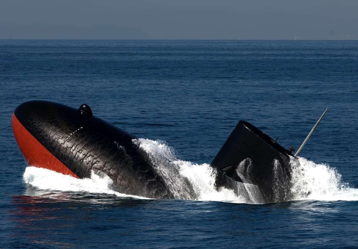 浮上する潜水艦