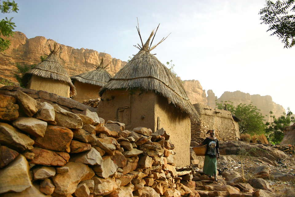 家事に使う水を求めて歩く女性達