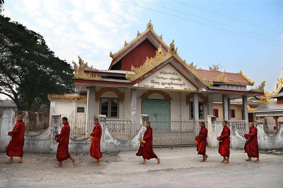 托鉢に向かう僧侶達