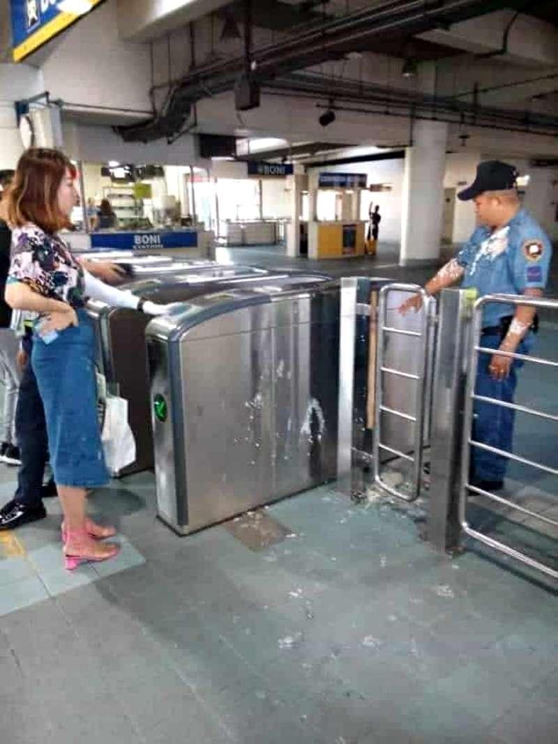 中国人が警察官にタホをぶっかけ