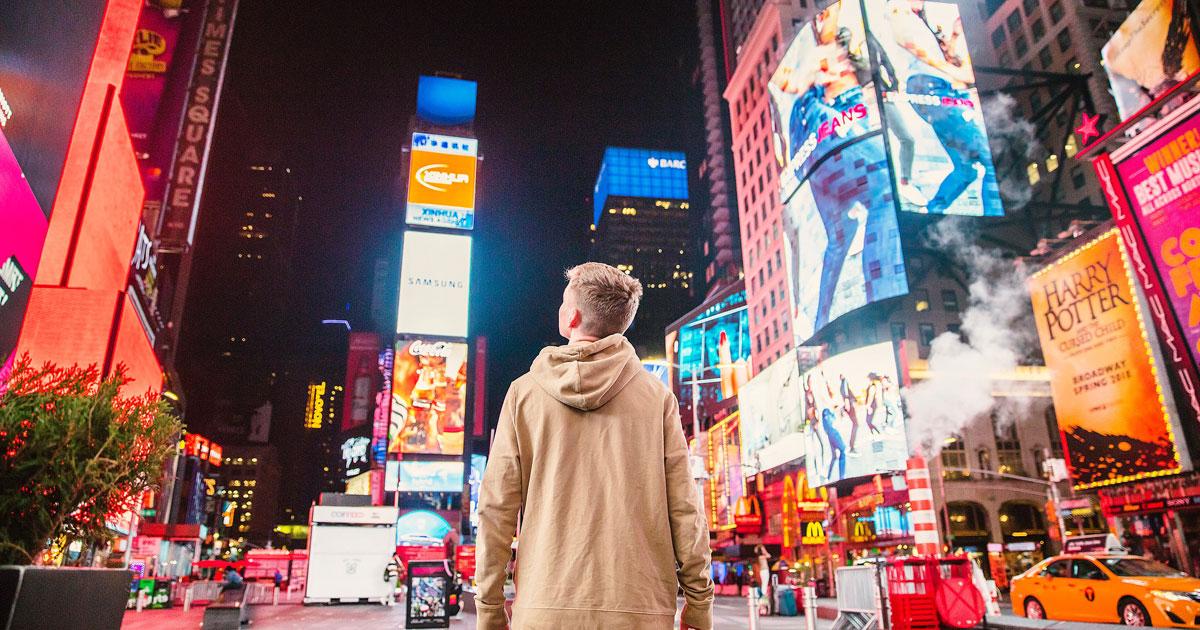 外国人と街中の広告