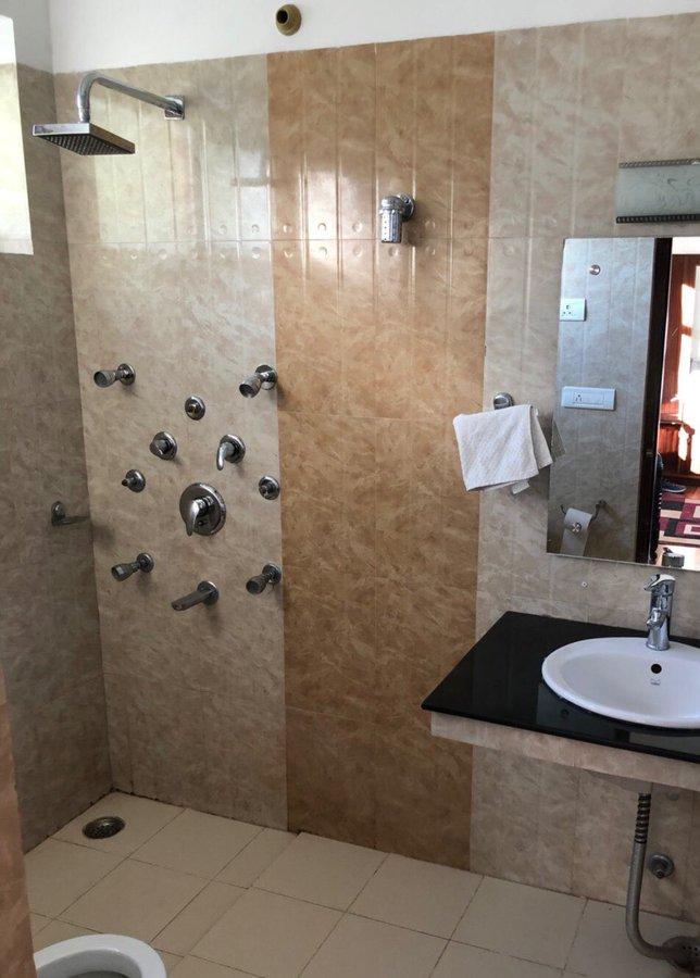 インドの上級者向けシャワーを引きで撮った写真