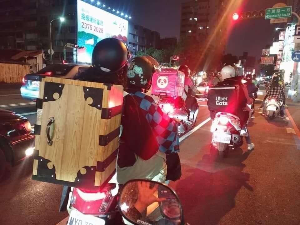 鬼滅の刃、炭治郎と禰豆子がバイクで移動中