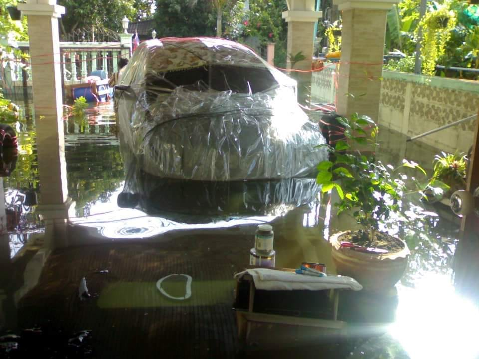 洪水対策で車をビニールで包む