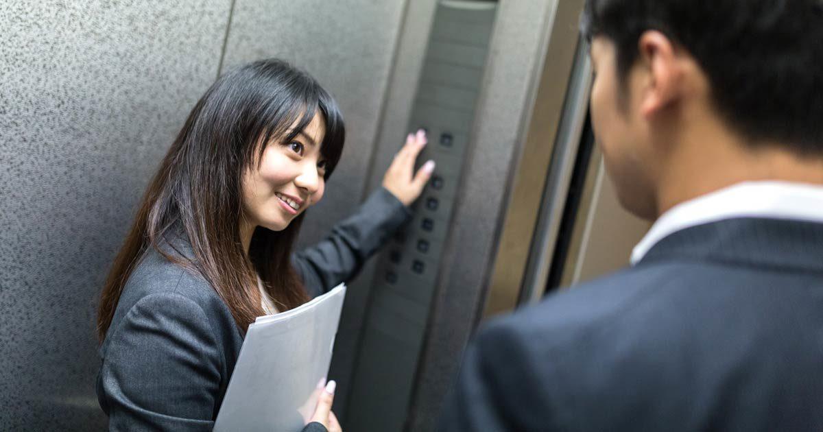 エレベーターと女性