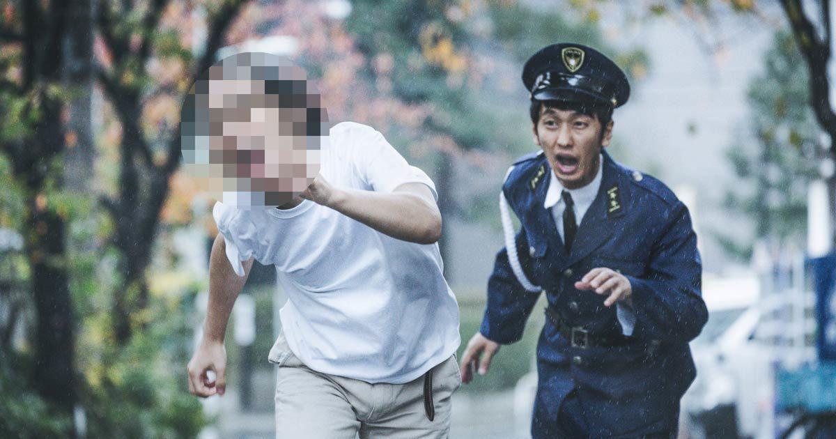 犯人を追いかける警察官
