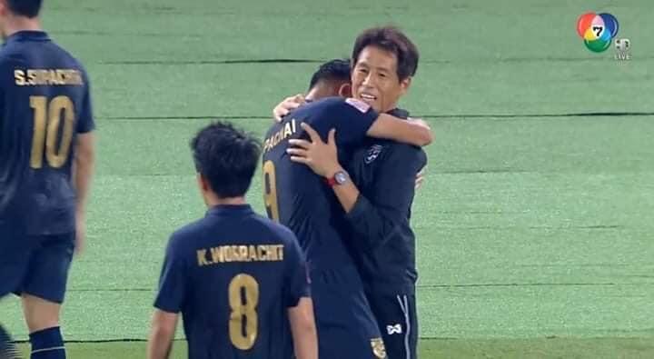 西野監督と抱き合うスパチャイ選手