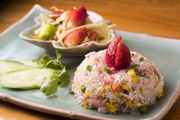 【サイアム セラドン】イチゴ炒飯とソムタム タイセット