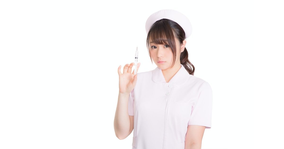 注射を持つ美人看護婦