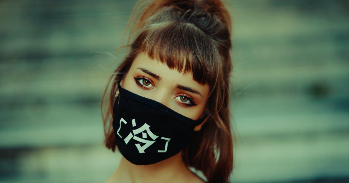 黒マスクをする美人外国人