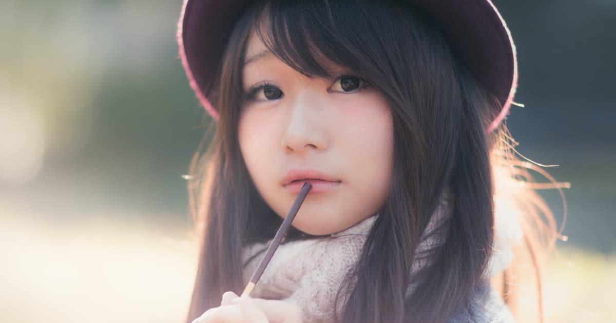 チョコを食べる美少女