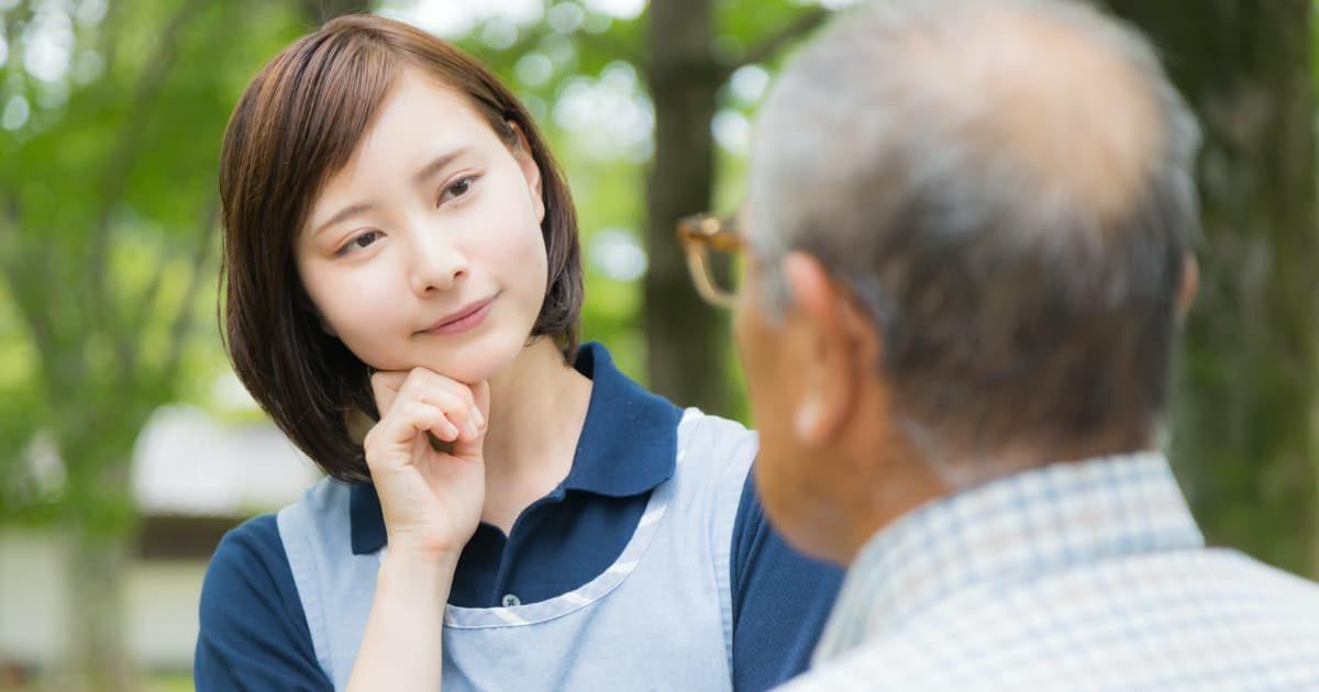 おじいさんに対応する介護士の女性