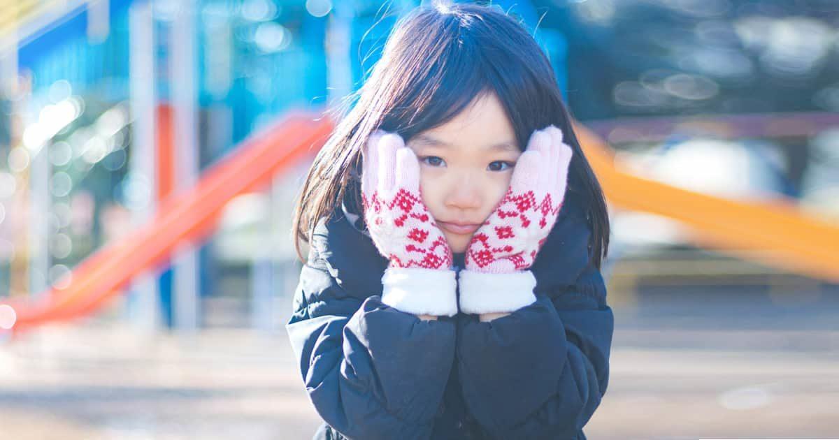 ほっぺを抑える可愛い女の子