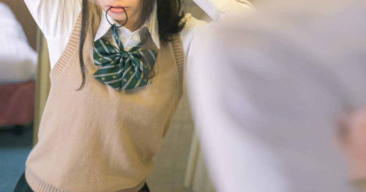 ゴムをくわえた女子高生