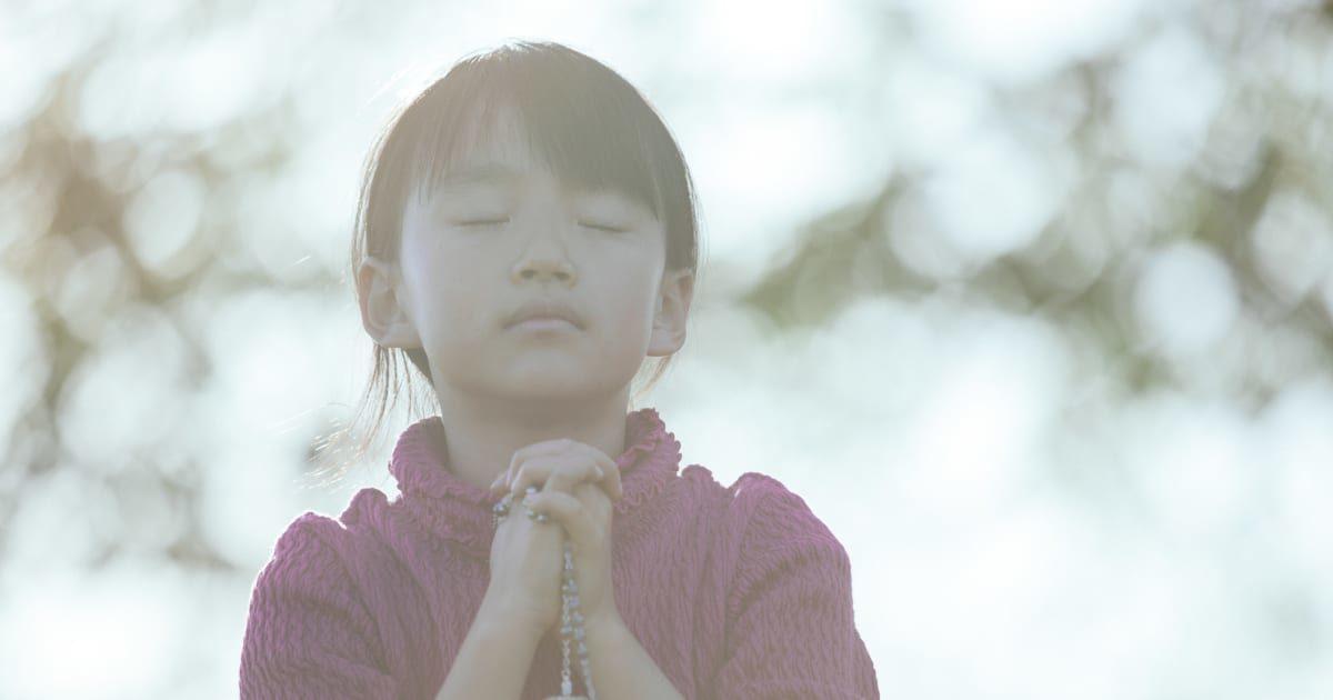 祈りを捧げる可愛い女の子