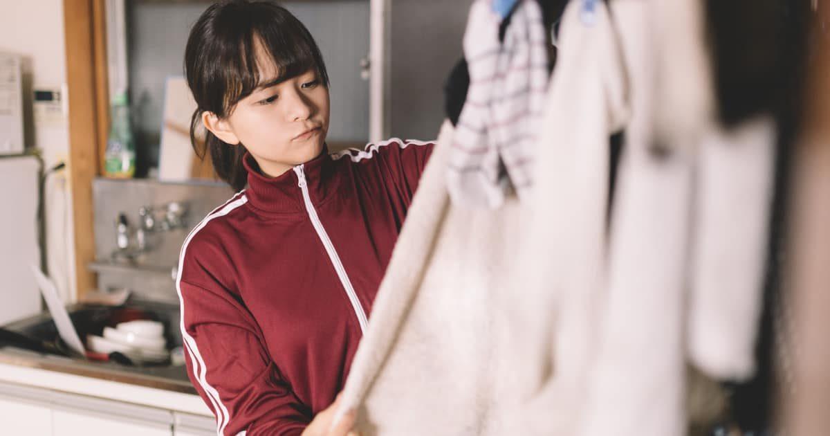 洗濯物を見る女の子