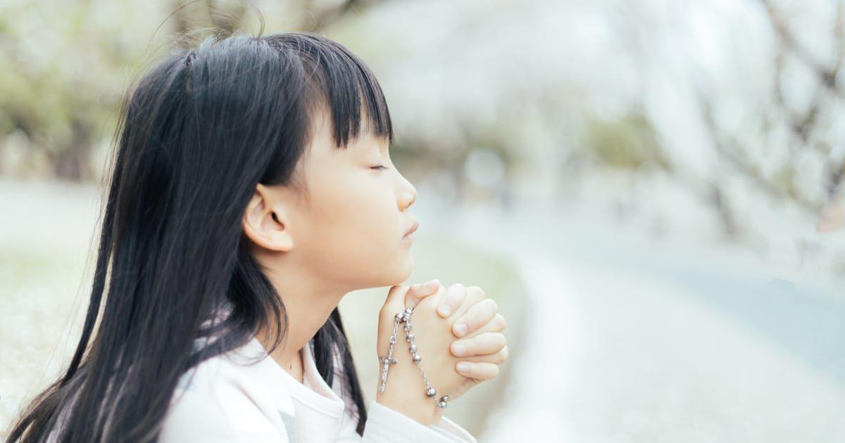 何かを祈る可愛い女の子