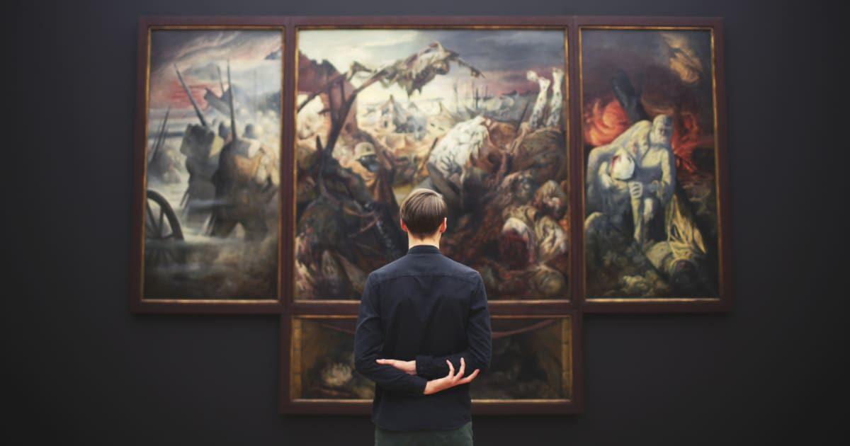 アートを眺める後ろ姿