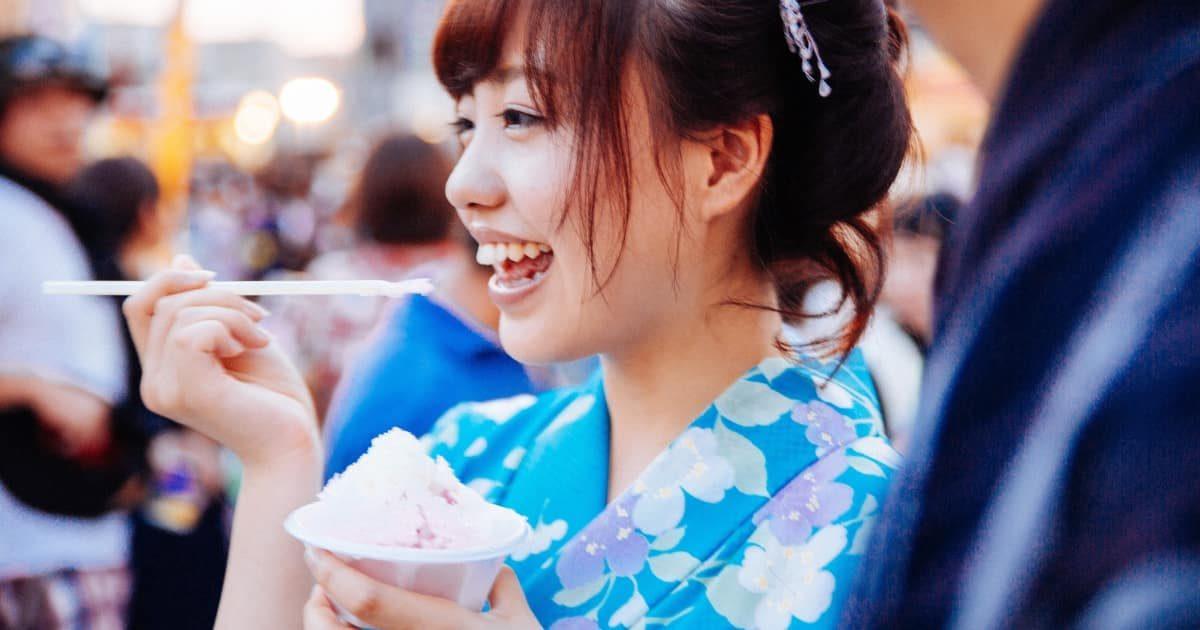 かき氷を食べる美少女