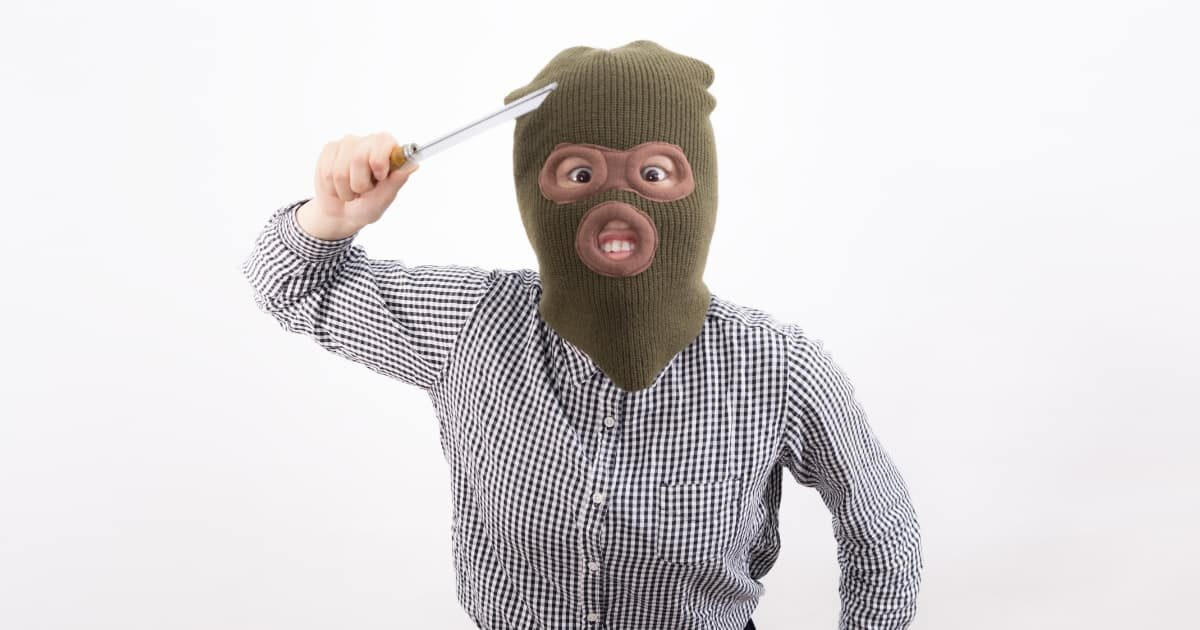 刃物を持った覆面姿の強盗(女性)