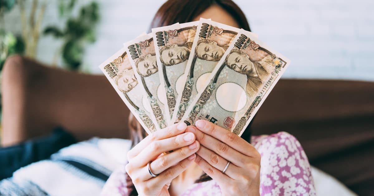 1万円札を持つ主婦