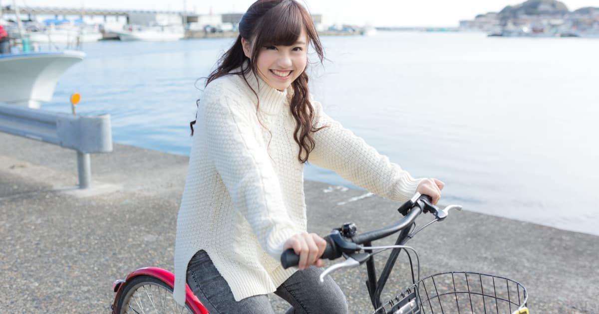 自転車に乗る美少女
