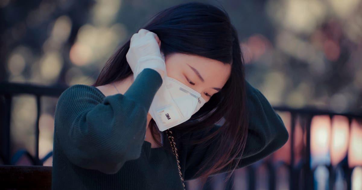 マスクをする美女