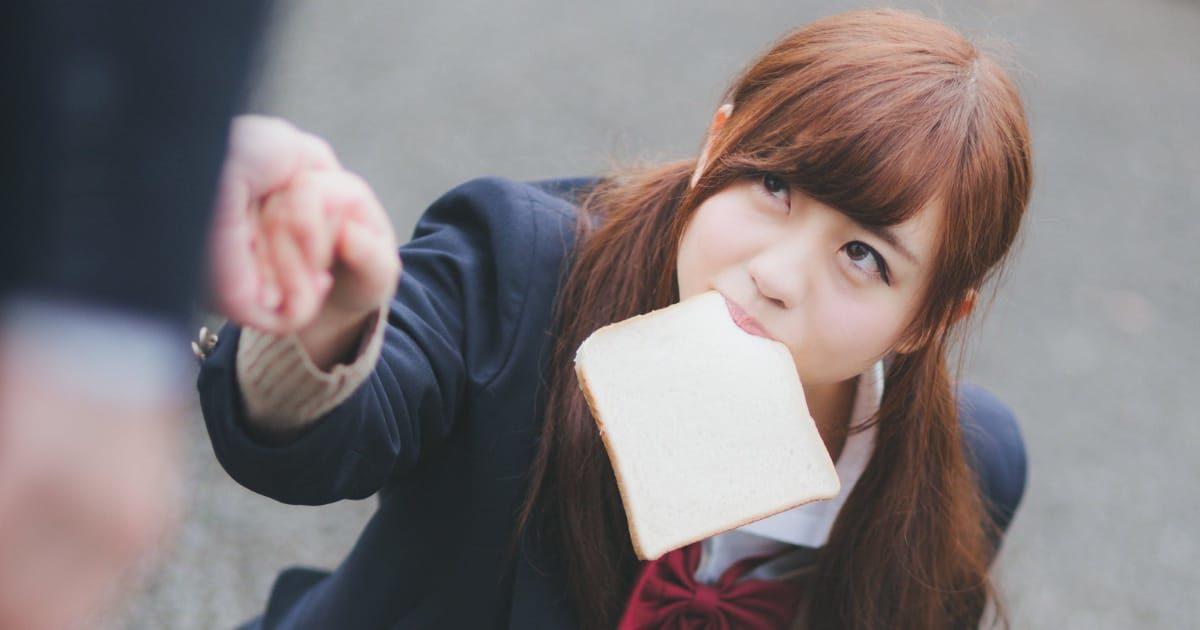 パンをくわえながら助けられる女子高生