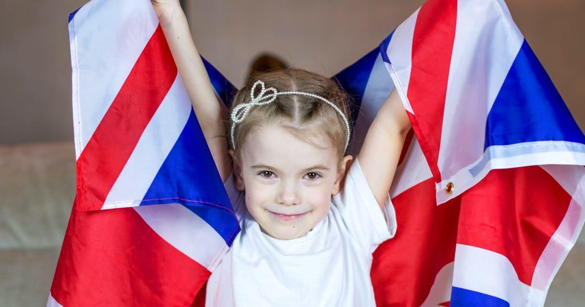 イギリスの国旗を持つ可愛い女の子