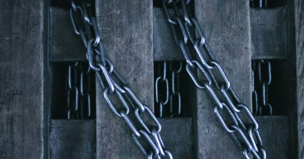 木材と鎖で監禁