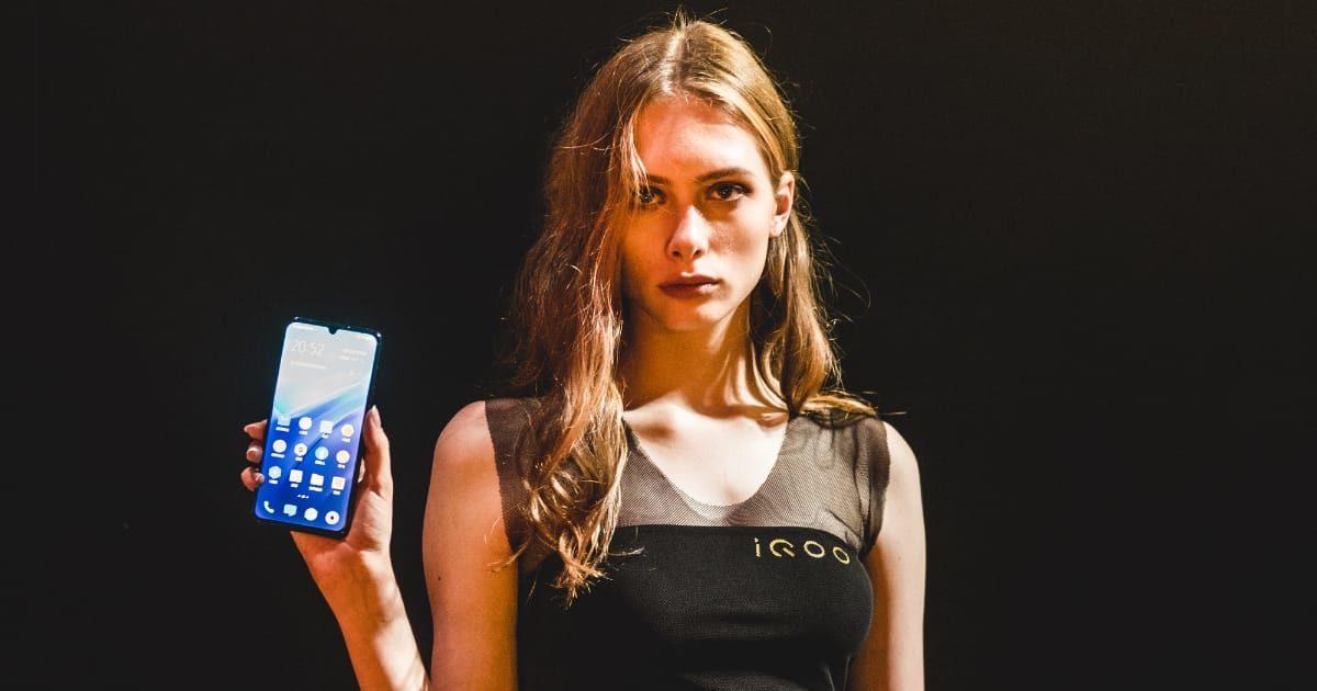 スマートフォン(スマホ)を手に持つ外国人美女