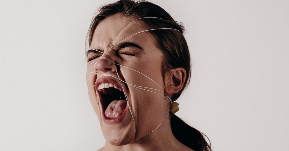 顔面を紐で締め付ける外国人女性