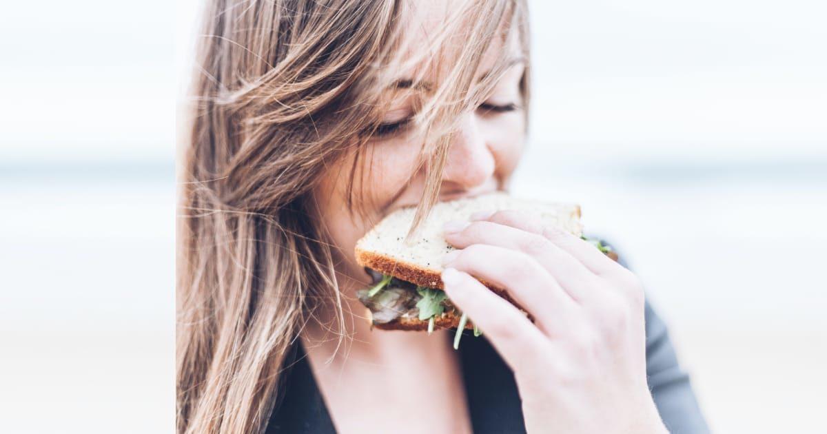 サンドイッチを食べる外国人美女
