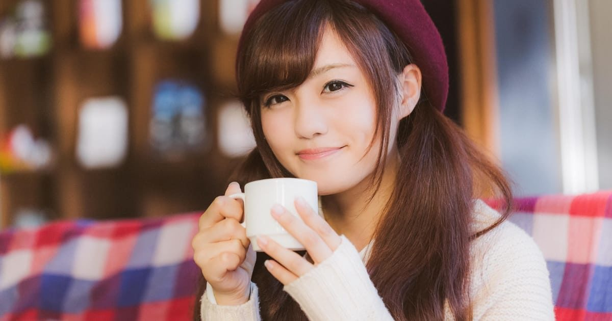 コーヒーを飲む美少女