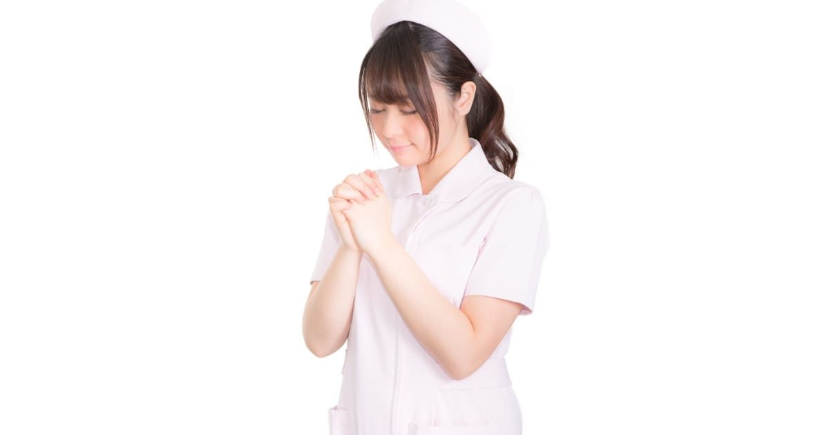お祈りするナース(看護婦、看護師)