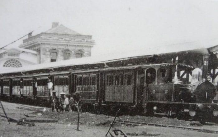 新橋停車場のホームに停車している、蒸気機関車