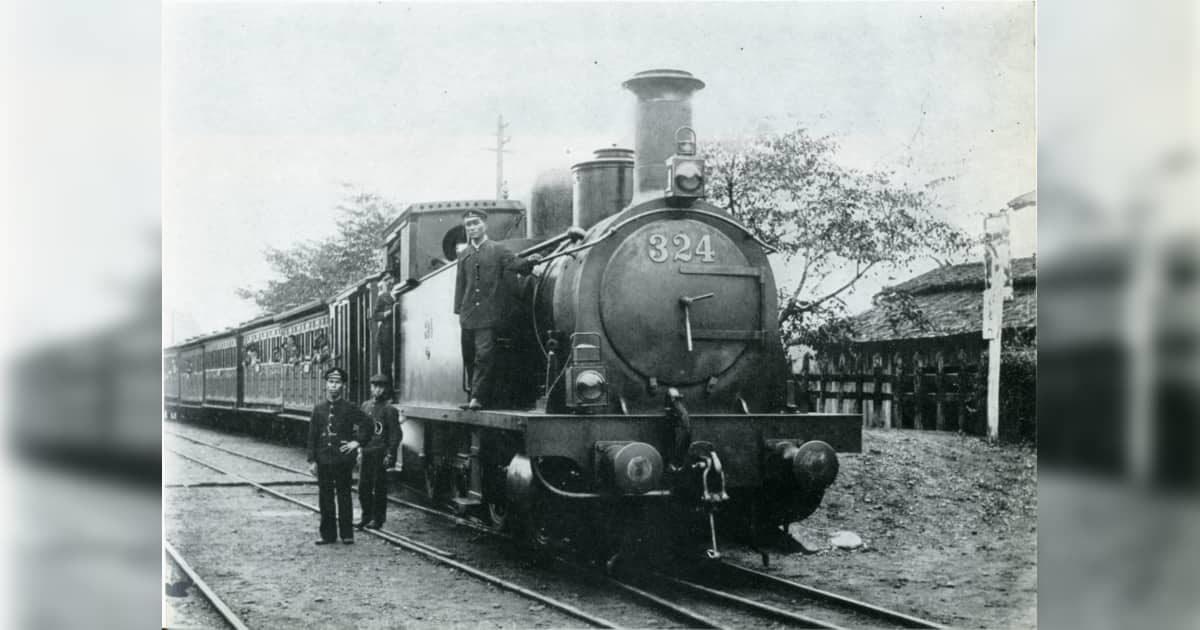 磯部駅に停車する信越線の列車。牽引機関車は324、のちの2213。右に磯部の駅名標が見える。交通博物館(当時)所蔵。撮影時期は『日本国有鉄道百年写真史』P99では明治34年(1901年)頃、『新日本鉄道史』では明治35年(1902年)頃としている。