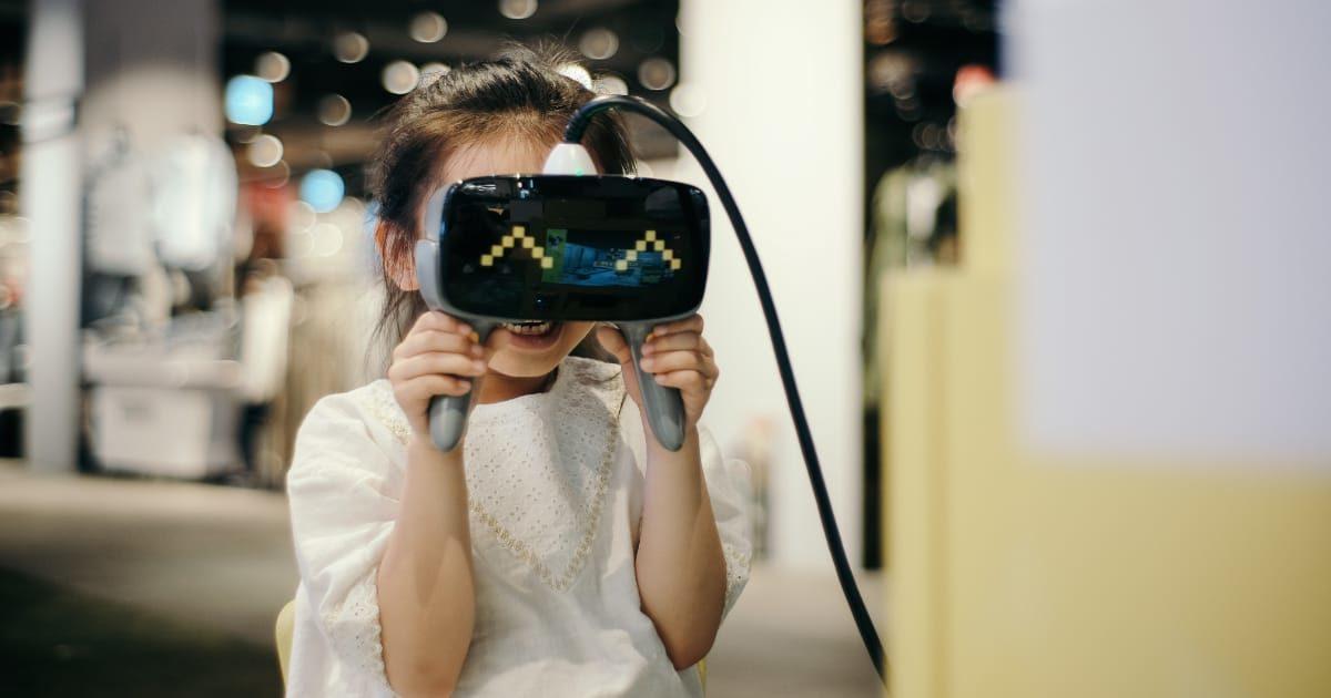 AR(VR)をする女の子