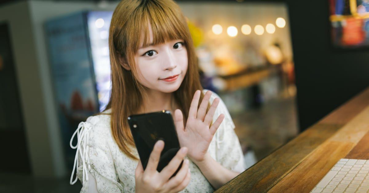iPhoneを持つ美少女