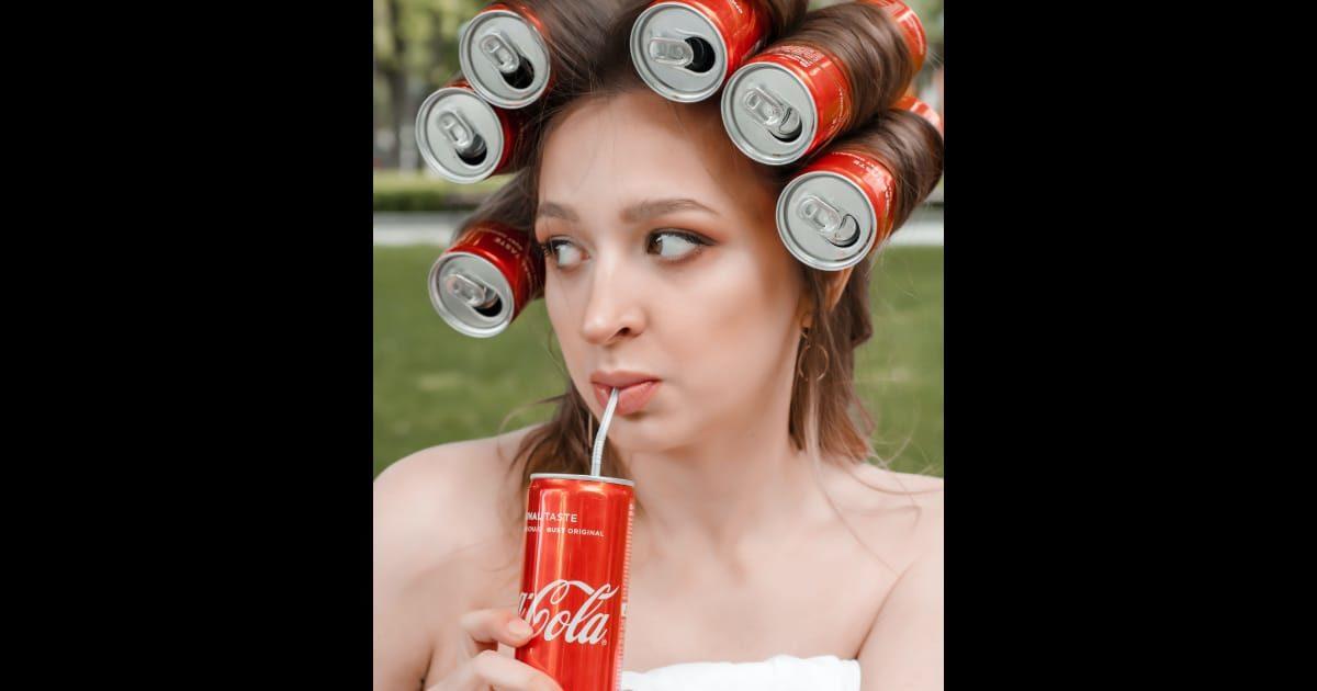 コーラを髪に巻いたコーラを飲む外国人美女