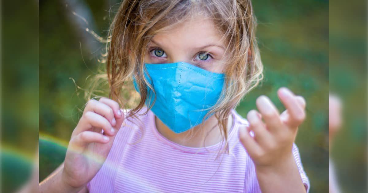 マスクをした外国人少女
