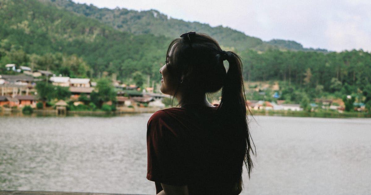 タイの女性の後ろ姿、影
