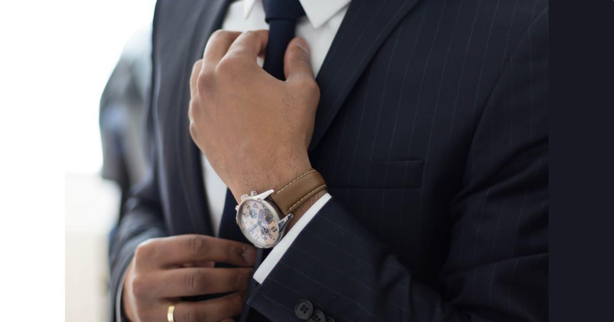 スーツを着た男性の胸元