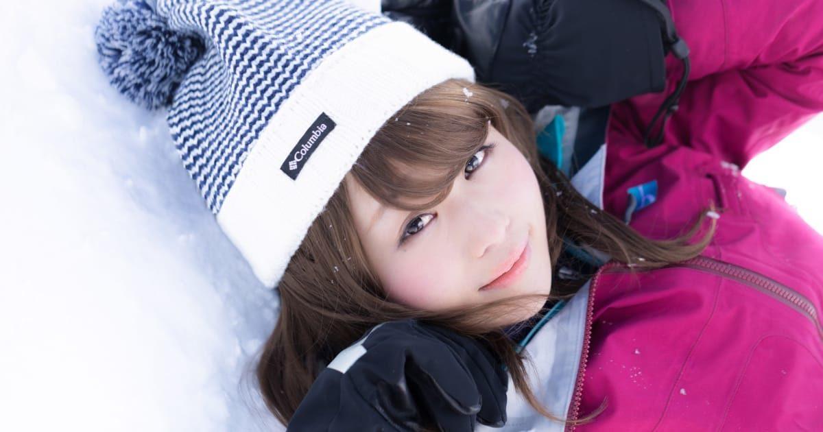 ゲレンデの雪に倒れる美少女