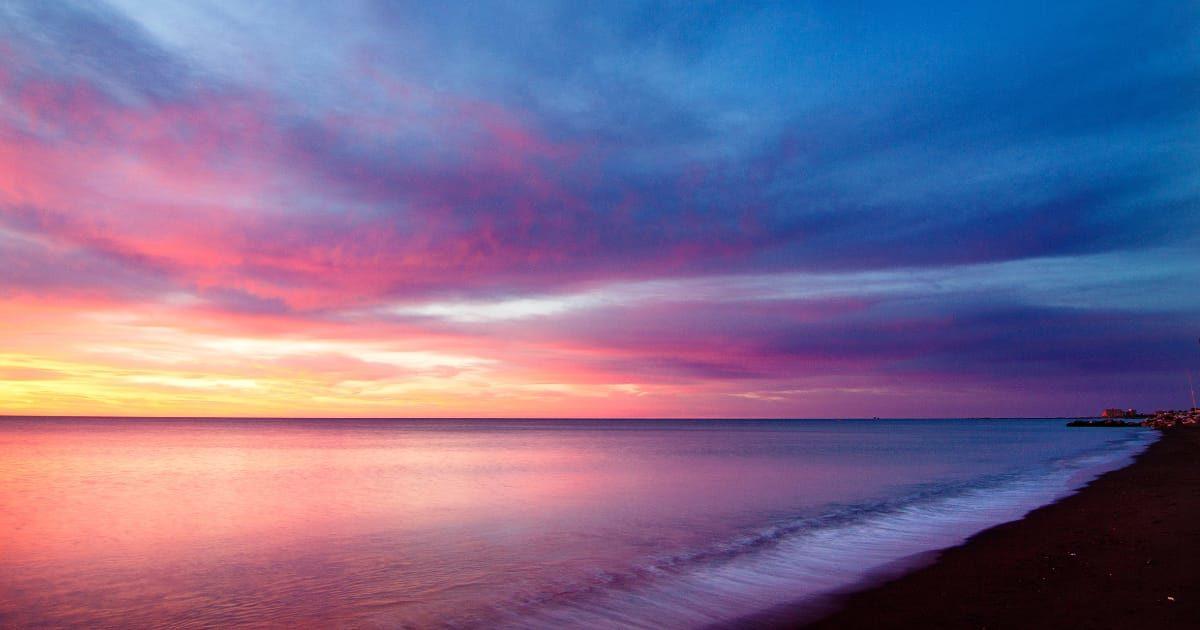 スペインの海岸の美しい夕焼け