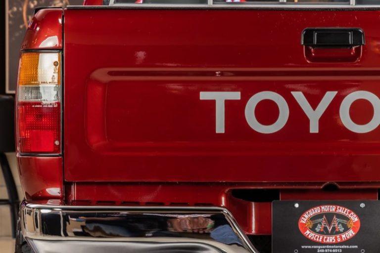 トヨタ「ハイラックス・4WD」リア