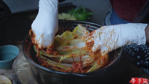 リー・ズーチー(李子柒)がキムチっぽい漬物を作る4